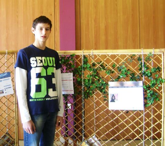 Alen Livojević na izložbi školskih listova
